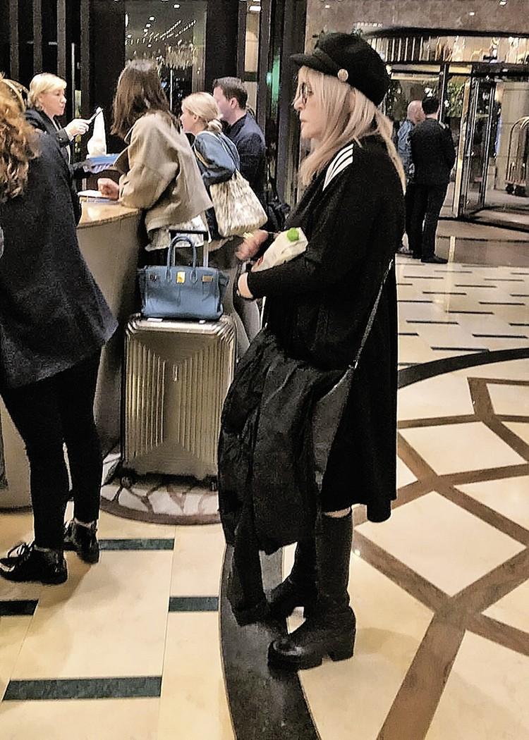 Алла Борисовна стоит в очереди в кипрской гостинице. Дети звезды в этот кадр не попали: Гарри и Лиза играли в холле.