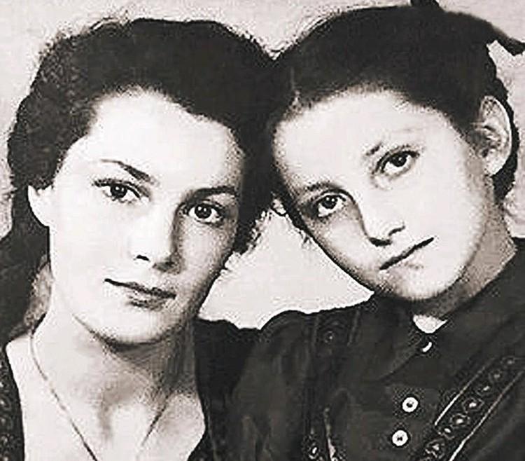 Элина Быстрицкая с сестрой Софией в молодости.