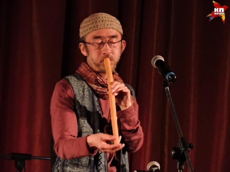Публика не смогла посчитать на скольких инструментах играет Хико