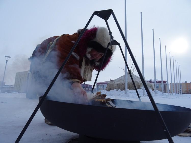 В металлическом чане на треноге готовят еду. Емкость специально подвешивают, чтобы не прожечь пол в яранге.