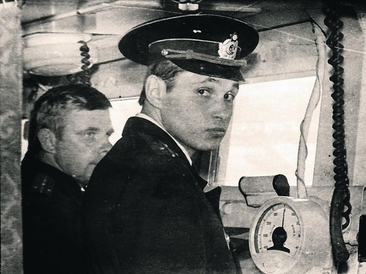 Старший лейтенант Сергей Цивилев на ходовом мостике боевого корабля. Северный флот. 1986 год