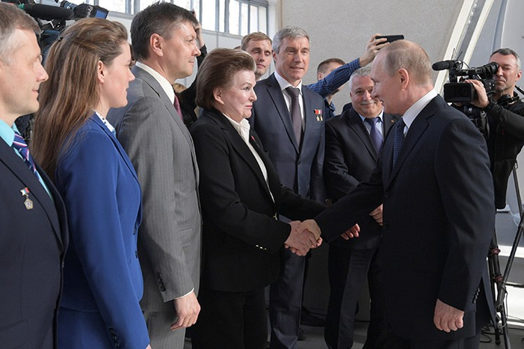 Путин пообещал космонавтам полет на Луну