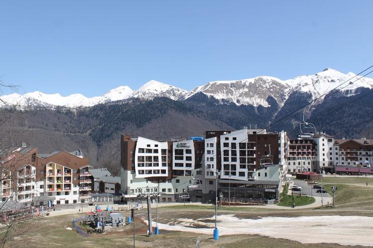 Олимпийская деревня. На некоторых балконах сохранились флаги тех стран, спортсмены которых тут жили