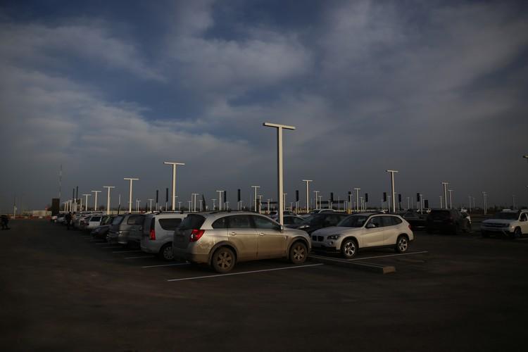 В 8 утра на парковке уже стояло порядка полусотни автомобилей.