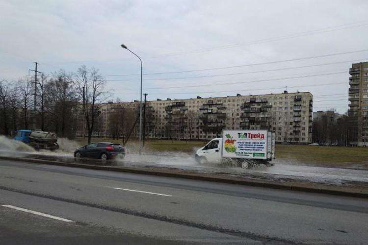 На проспекте Маршала Блюхера все желающие тоже могут искупаться. ФОТО: megapolisonline.ru.