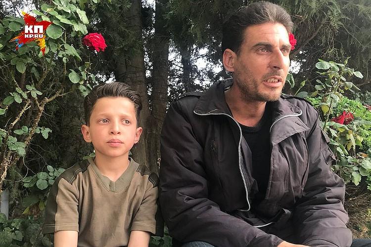 """Хасан Диаб с папой во время общения с военкором """"КП""""."""