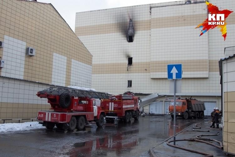 Примерно сутки пожарные тушили ТЦ «Зимняя вишня»