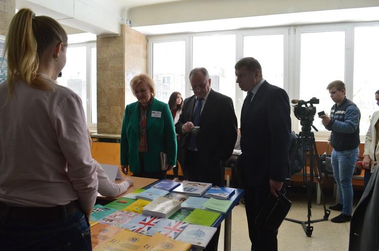 Ректор университета Светлана Владимировна Беспалова лично провела высокопоставленных гостей по выставке специальностей