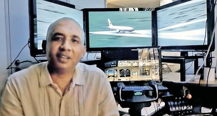 Захария Ахмад Шах на фоне того самого личного авиасимулятора, который стоял у него в подвале.