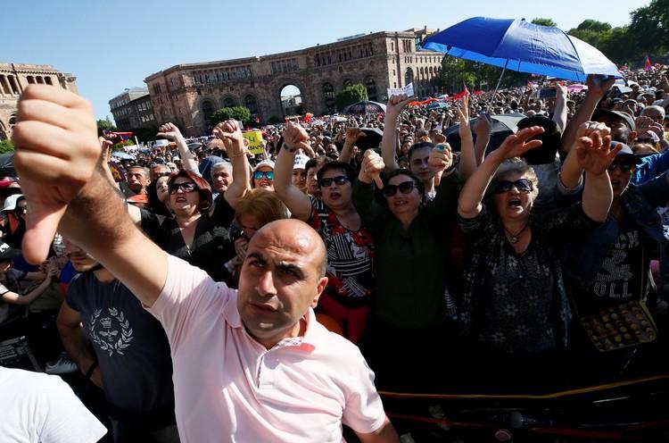 На площади Республики собрались несколько десятков тысяч сторонников Никола Пашиняна