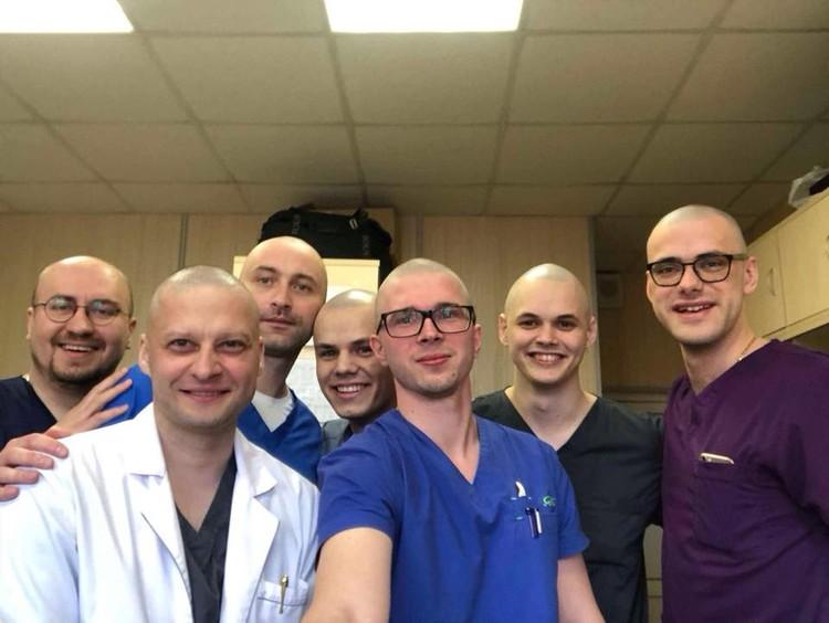 Коллеги Андрея Павленко тоже побрили налысо в его поддержку.