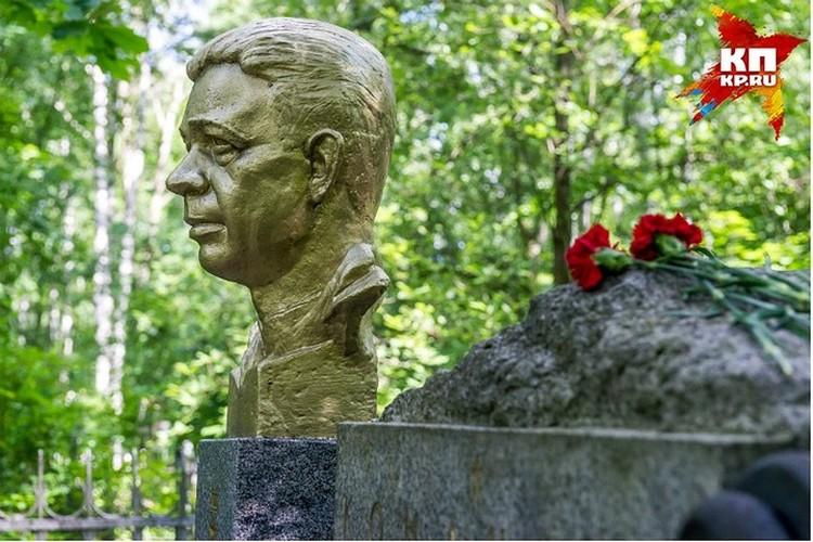 Памятник Александру Маринеско на Богословском кладбище