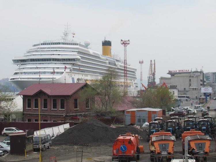 Круизный лайнер видно из многих точек в центре Владивостока