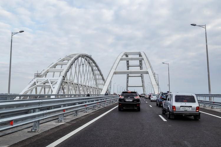 Машины поехали по мосту сразу после байкеров