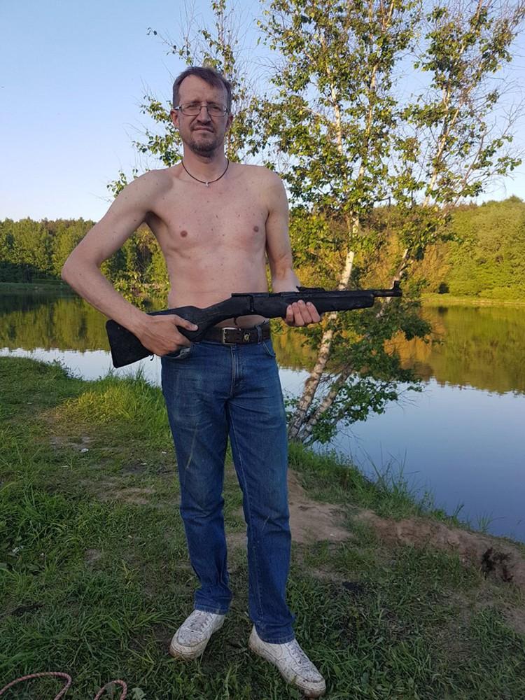 """Владимир Порываев вытащил ржавый """"ствол"""" магнитом и вновь забросил в пруд."""