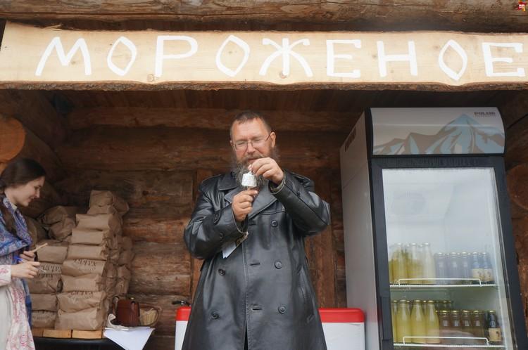 На пороге нас встречает хлебосольный хозяин Герман Стерлигов