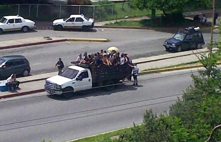 Из-за нехватки пассажирского транспорта в Венесуэле используют грузовики
