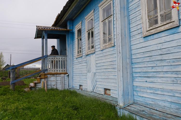 «Мне отец велел жить в этом доме, который он сам построил. Говорил, живи в нем до самой смерти. Так и решил я остаться здесь до конца», - говорит Евгений Попов.