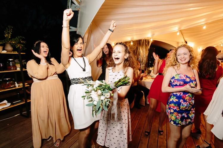 Свадебные флористы занимаются не только формированием букета невесты, но и украшением зала, столов, зоны регистрации - конечно, живыми цветами.