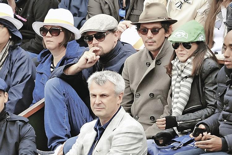 Сергей Носов (в светлом пиджаке) однажды оказался на теннисном турнире «Ролан Гаррос» рядом с ДиКаприо (в кепке). Может, теперь Леонардо приедет на съемки в Магадан?