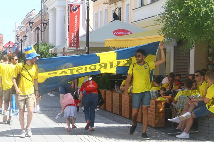 Гулять шведские болельщики начали с 10 утра (в это время открываются бары на Покровке)