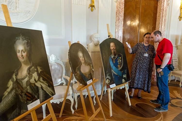 На полотнах – портреты известных политических деятелей.