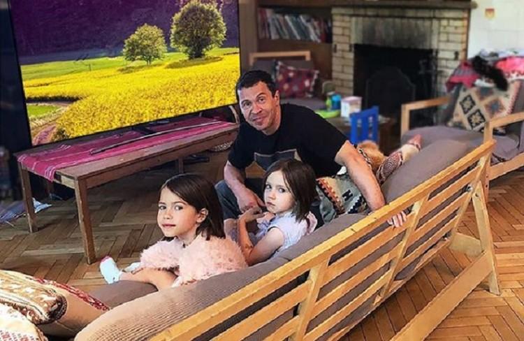 Павел воспитывает двух дочек, старшенькая уже мечтает стать актрисой
