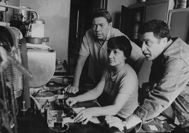 Владимир Короткевич (слева) и Валерий Рубинчик на монтаже картины. Фото: архив
