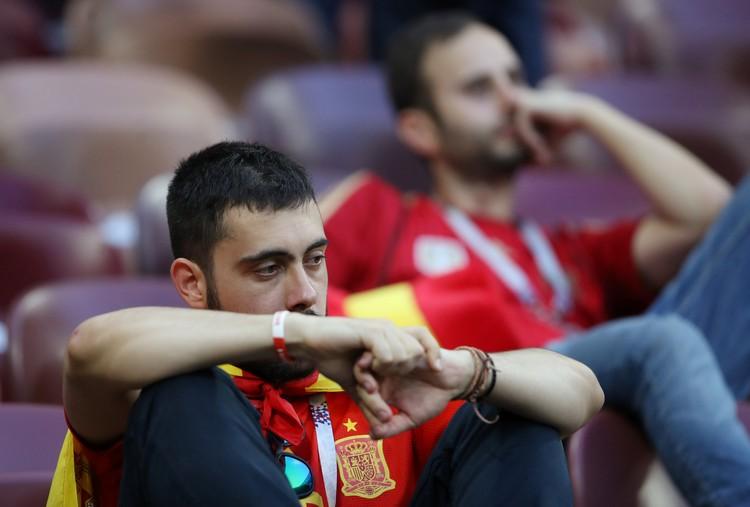 Фанаты сборной Испании после поражения от России очень приуныли.