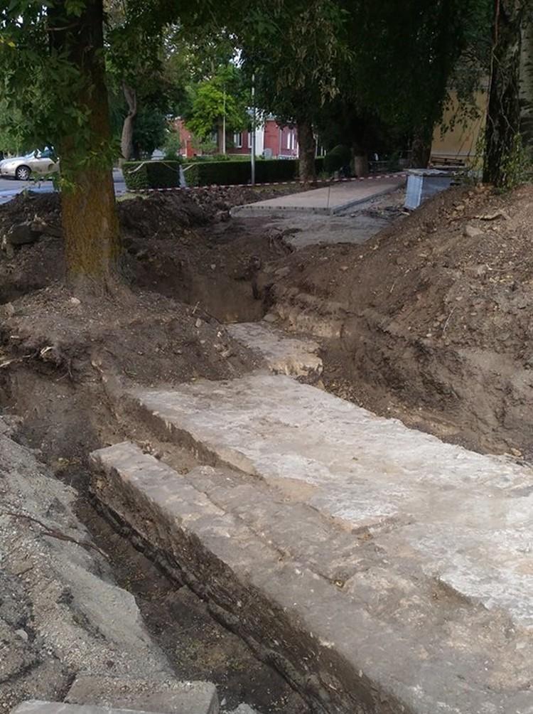 Рабочие обнаружили фундаменты древних зданий в Ставрополе. Фото: социальные сети
