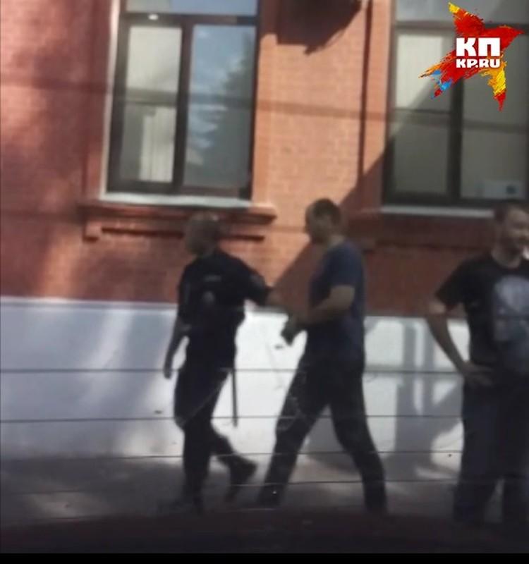 Александр Муковоз (в центре на фото) активно помогал подсудимым, когда работал в правоохранительных органах.