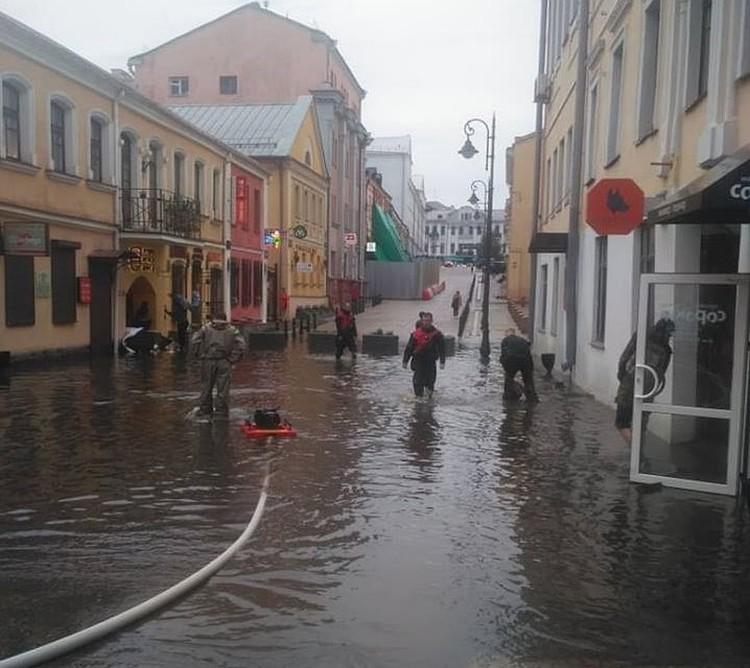 В второй раз в Минске затапливает недавно реконструируемую улицу Революционная Фото: местных жителей