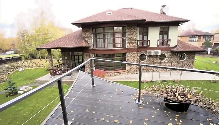 Дом Билана расположен в коттеджном поселке Рассказовка в Подмосковье.