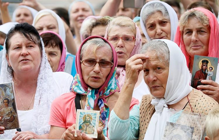 Верующие с иконками в центре Киева.