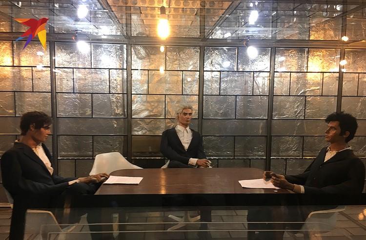 Звукоизолированная комната для секретных переговоров. Манекены изображают шпионов из США, которые строят козни против иранского народа