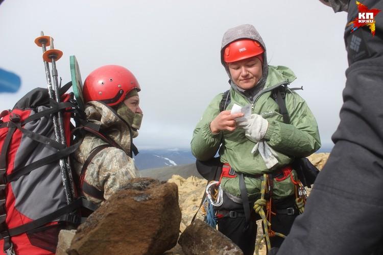 Через пару часов мы были на вершине и сняли записку группы альпинистов, которые были здесь в 2013 году