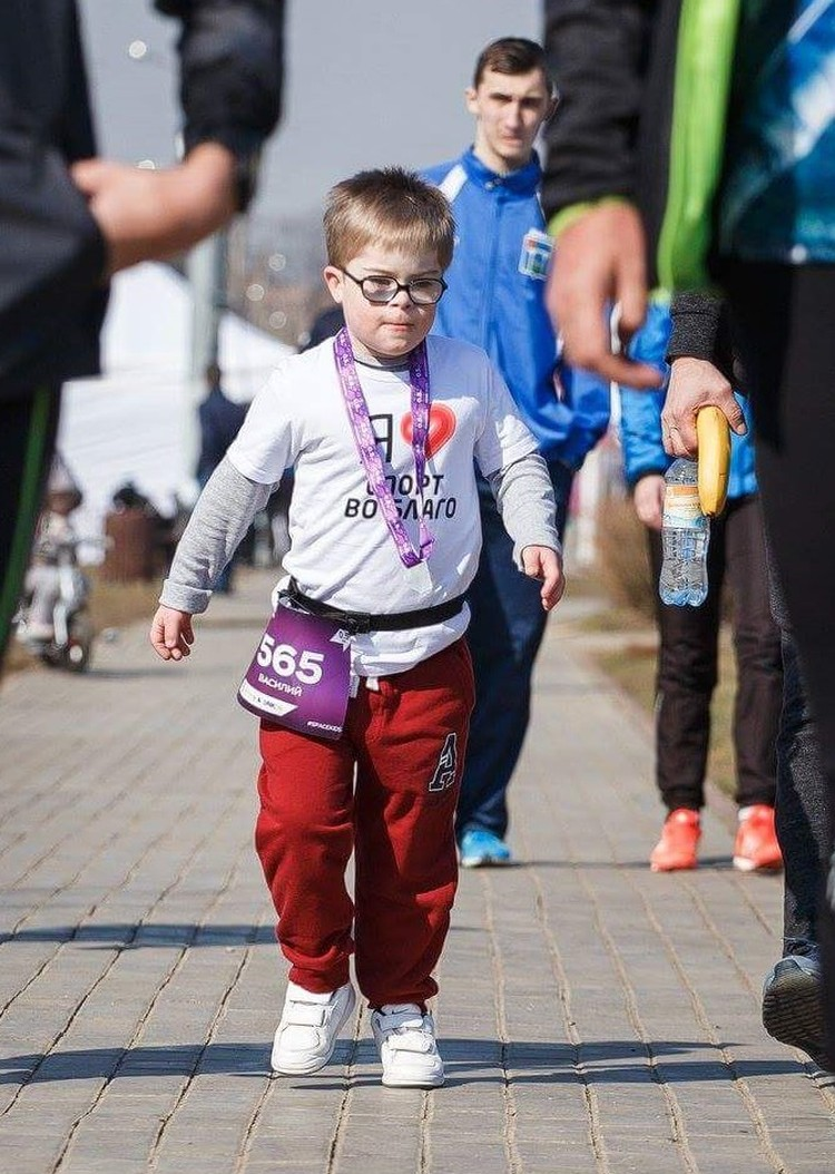 Вася участвует в забегах вместе с отцом с самого раннего возраста