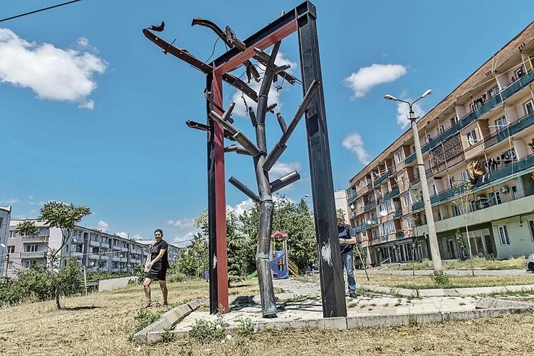 Этот памятник минувшей войне сделан из гильз снарядов, которые разлетались со складов, кем-то поставленных на окраине Гори у жилых домов.