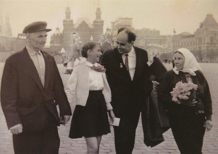 Василий Михалович Песков на Красной площади с родителями Михаилом Семеновичем, Татьяной Павловной и дочерью Татьяной в день вручения Ленинской премии