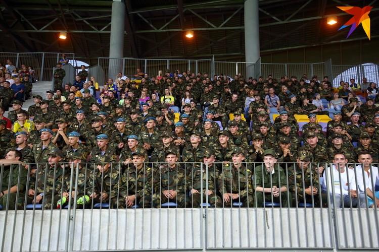 Солдаты срочной службы заполнили почти два сектора