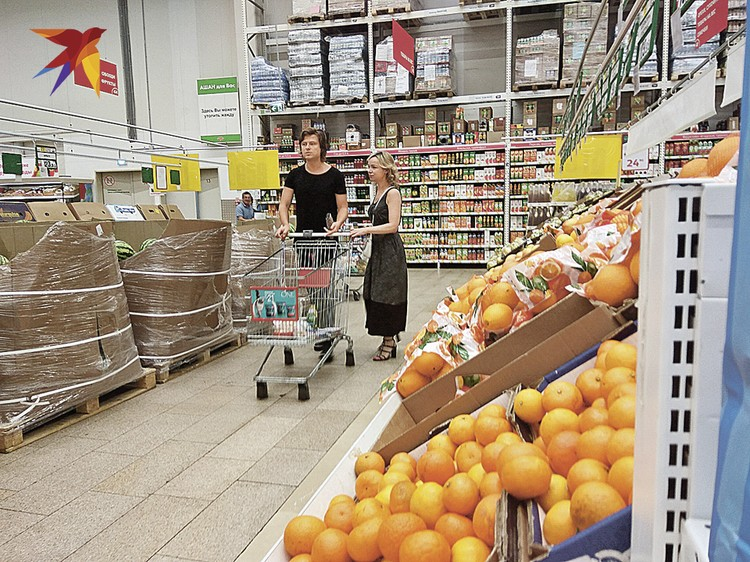 Странно, что парочка отправилась в гипермаркет, где полно народа. Или оба нарочно хотели привлечь к себе внимание? Фото: Татьяна ПРОХОРОВА