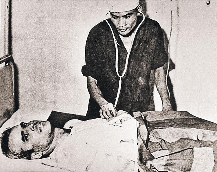 Во вьетнамском госпитале врачи лечили и выхаживали Джона Маккейна, который прилетел их бомбить, но был сбит (снимок сделан в ноябре 1967 года). Фото: Getty Images
