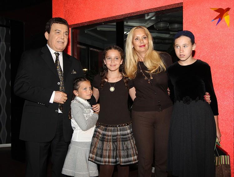 Иосиф Кобзон со своей женой Нелли и внуками