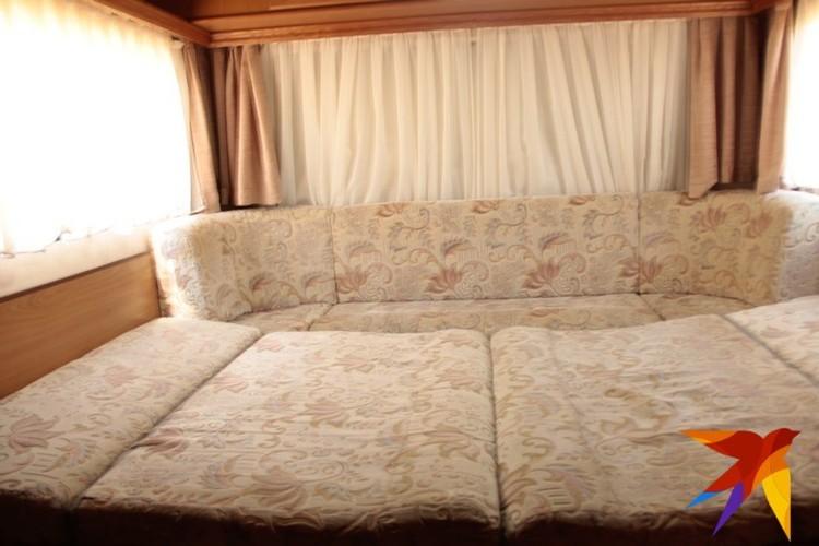 Обеденная зона легким движением руки превратилась в двуспальную кровать