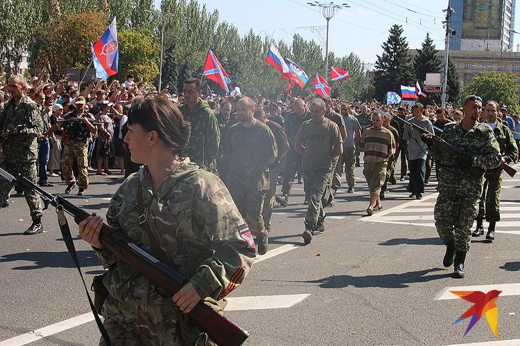 Пленные украинские солдаты на улицах Донецка, 2014 год.