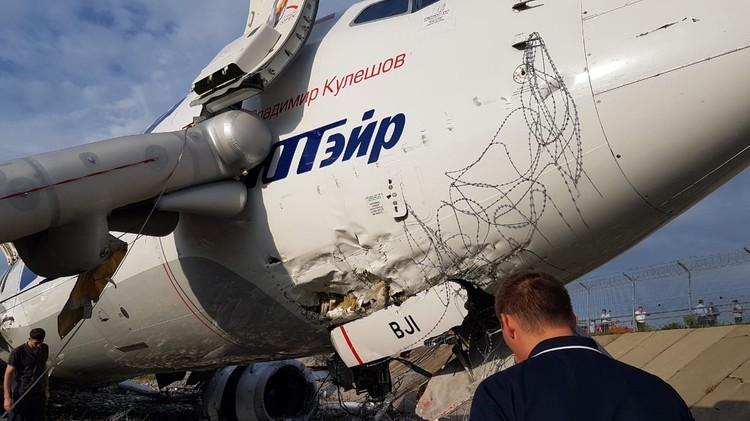 Больше всего было повреждено левое крыло самолета