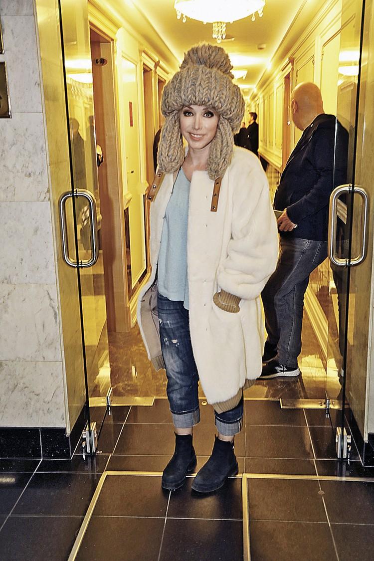 Наш стилист предупреждает: Елена Воробей (51 год) выбрала верное направление, но шапка должна быть все-таки поменьше.
