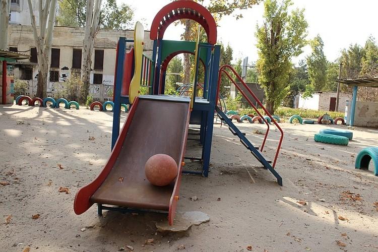 На проржавевших детских площадках больше не играют малыши .