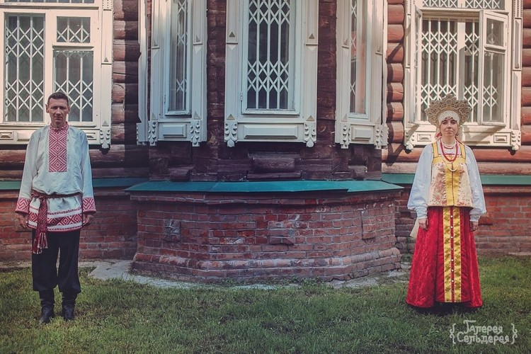 Вставки для рубахи жениха невеста ткала сама по прототипам на стане, возраст которого – 150 лет. Фото: Надежда Семченко