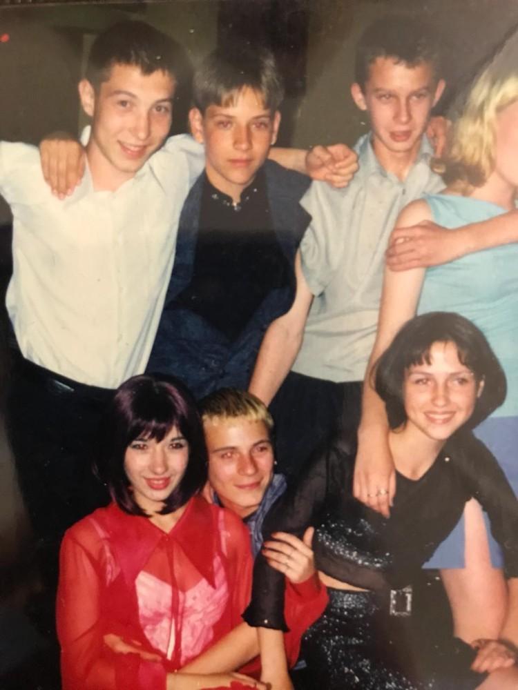 Сергей (слева в белой рубашке) с одноклассниками. Фото: Ольга Полякова